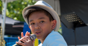 Ethan David singing at the Waterfront Park. Photo by Diones Lago