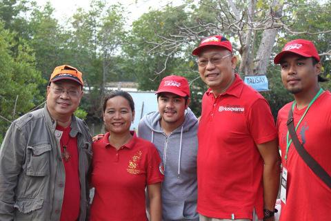 Mangrove planting with Rene Durian, Venus Balgua, Cleinn Caspe, Ager Kiocho and Vanju Alvaira.